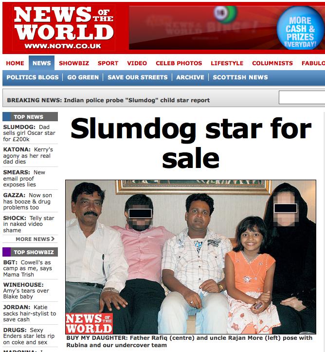 La familia y los reporteros, con la protagonista de Slumdog Millionaire