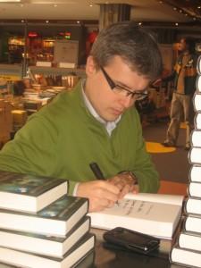 Juan Gómez-Jurado, en una firma de libros (foto, Wikipedia)