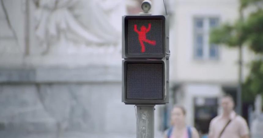 Smart y su semáforo con el peatón bailón
